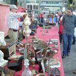 Comprando arte y antigüedades en ventas de garaje