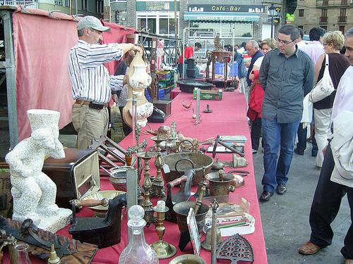 comprando-arte-y-antiguedades-en-ventas-de-garaje